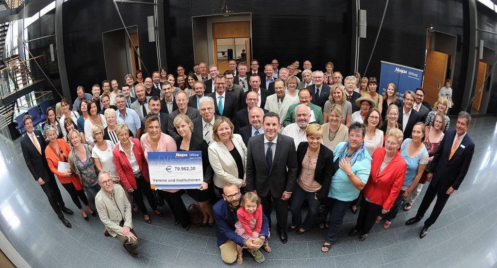 Gruppenfoto mit allen Spendenempfängern und Oberbürgermeister Sven Gerich