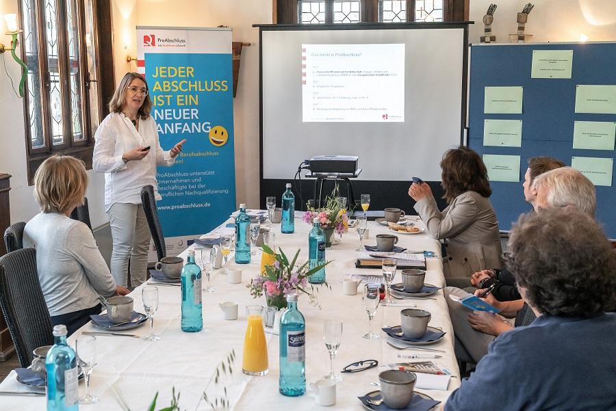 Finanzielle Förderung durch das Land Hessen mit der Initiative ProAbschluss zur beruflichen Nachqualifizierung von Mitarbeitenden